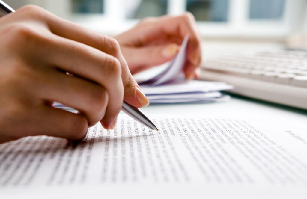 Arbeitszeugnis konzipieren, Standardzeugnis, qualifiziertes Arbeitszeugnis, Zeugnissprache, Formulierungen, Floskeln, Wertschätzung, Wohlwollen, konstruktive Kritik
