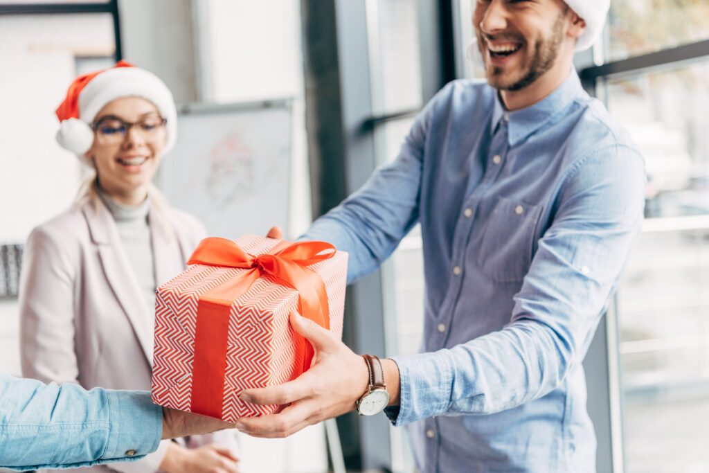 Weihnachtsgeschenke, Geschenke zu Weihnachten, Chef beschenkt seine Mitarbeiter zu Weihnachten, Weihnachtsfeier und Geschenke