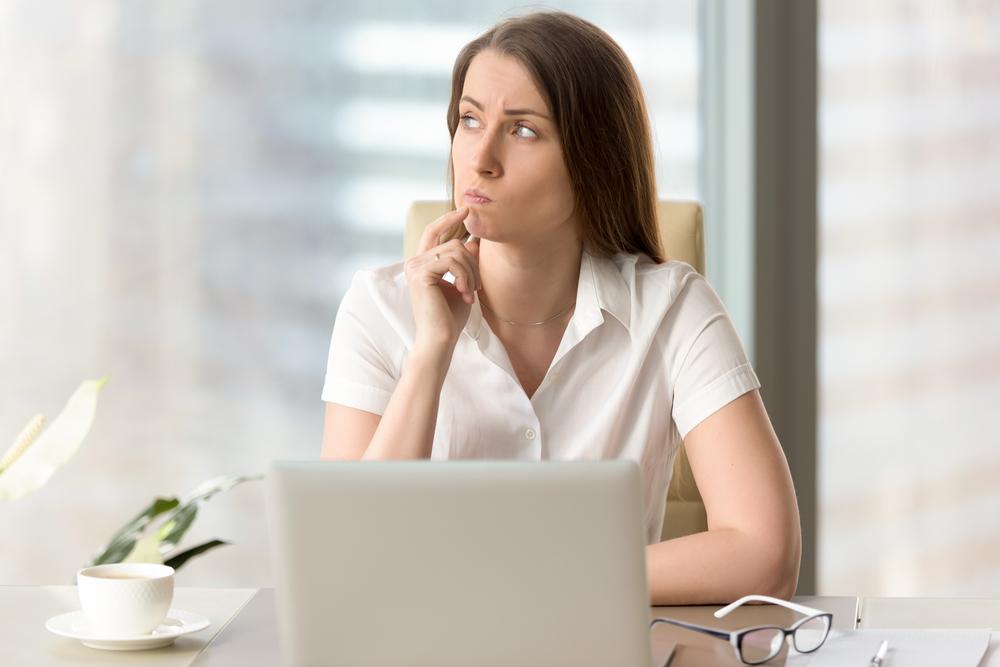 Frau überlegt, wie sie ein rechtssicheres Arbeitszeugnis erstellt
