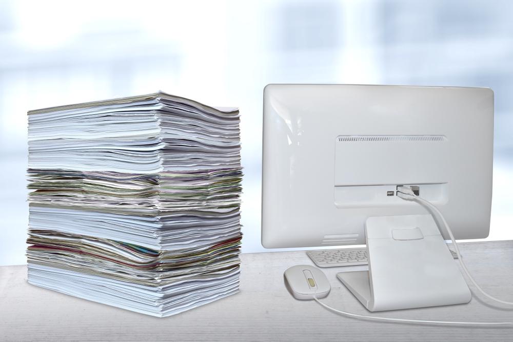 Aufbau Praktikumszeugnis, Inhalt Praktikumszeugnis, Computerbildschirm mit Papier