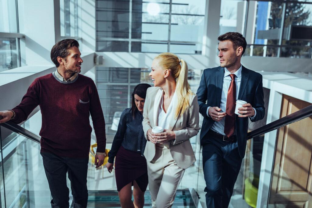 Socializing im Büro: So fördern Sie das Miteinander im Job und profitieren von Zufriedenheit sowie besseren Ergebnissen