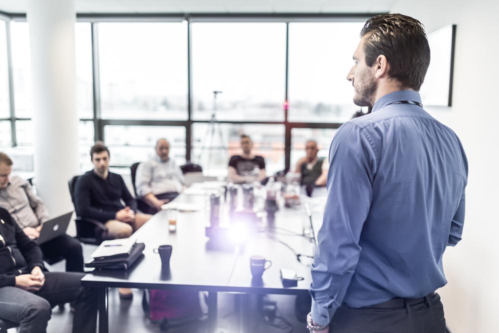 Autokratischer Führungsstil, Vorteile, Nachteile, Arbeitgeber, Arbeitnehmer, Mitarbeiter, Leitung, Arbeitsumfeld
