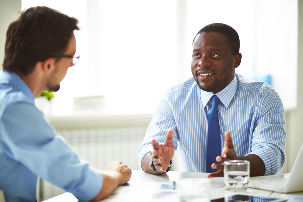 Bewerbungsgespräch, Kommunikation, freundlich, offen, entspannt, Augenkontakt, Bewerber, Arbeitgeber, Unternehmen, Arbeitnehmer, Arbeitsstelle, Bewerbung, Einstellungsgespräch