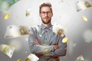Mann mit fliegendem Geld, Mann bekommt mehr Geld, Mann fliegt Geld um die Ohren, Sonderzahlung Öffentlicher Dienst