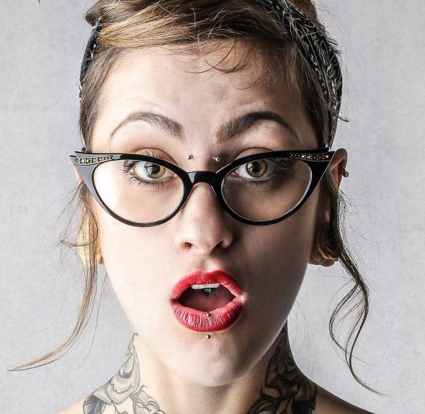 Tattoos am Arbeitsplatz: Was Arbeitgeber erlauben müssen